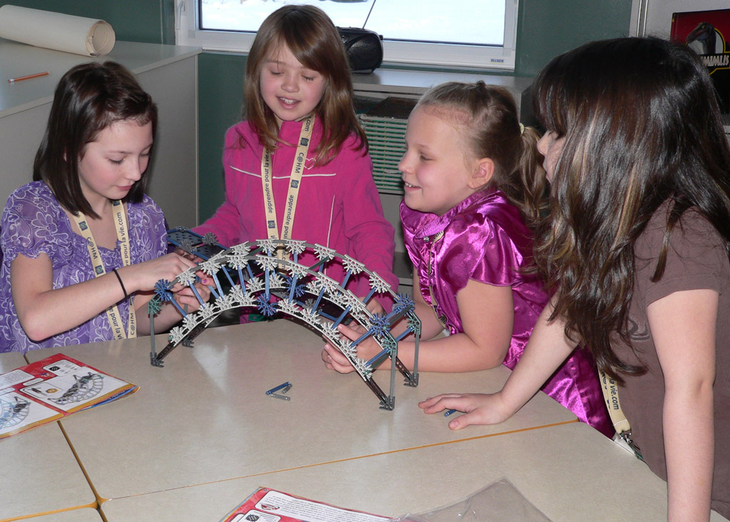 Des élèves bâtissent des ponts…